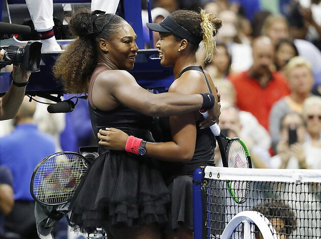 Serena Williams (links) gratuliert Naomi Osaka zum ersten Grand-Slam-Titel